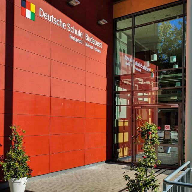 Eingang der Deutschen Schule Budapest mit Logo.