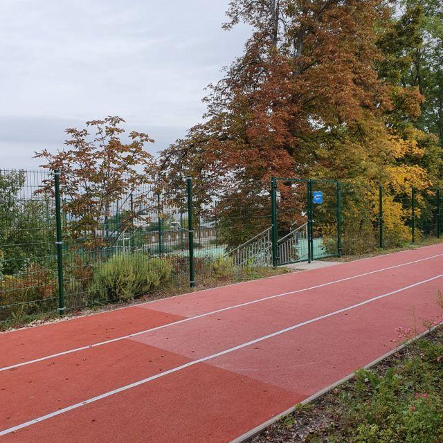 Die 50 Meter Tartanbahn in der Außensportanlage der Schule.