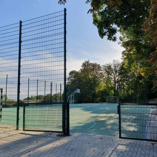 Die Außensportanlage mit abgezäuntem Spielfeld.