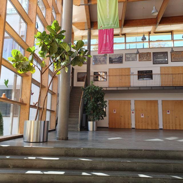 Der Eingangsbereich mit Blick zum Leherzimmer.