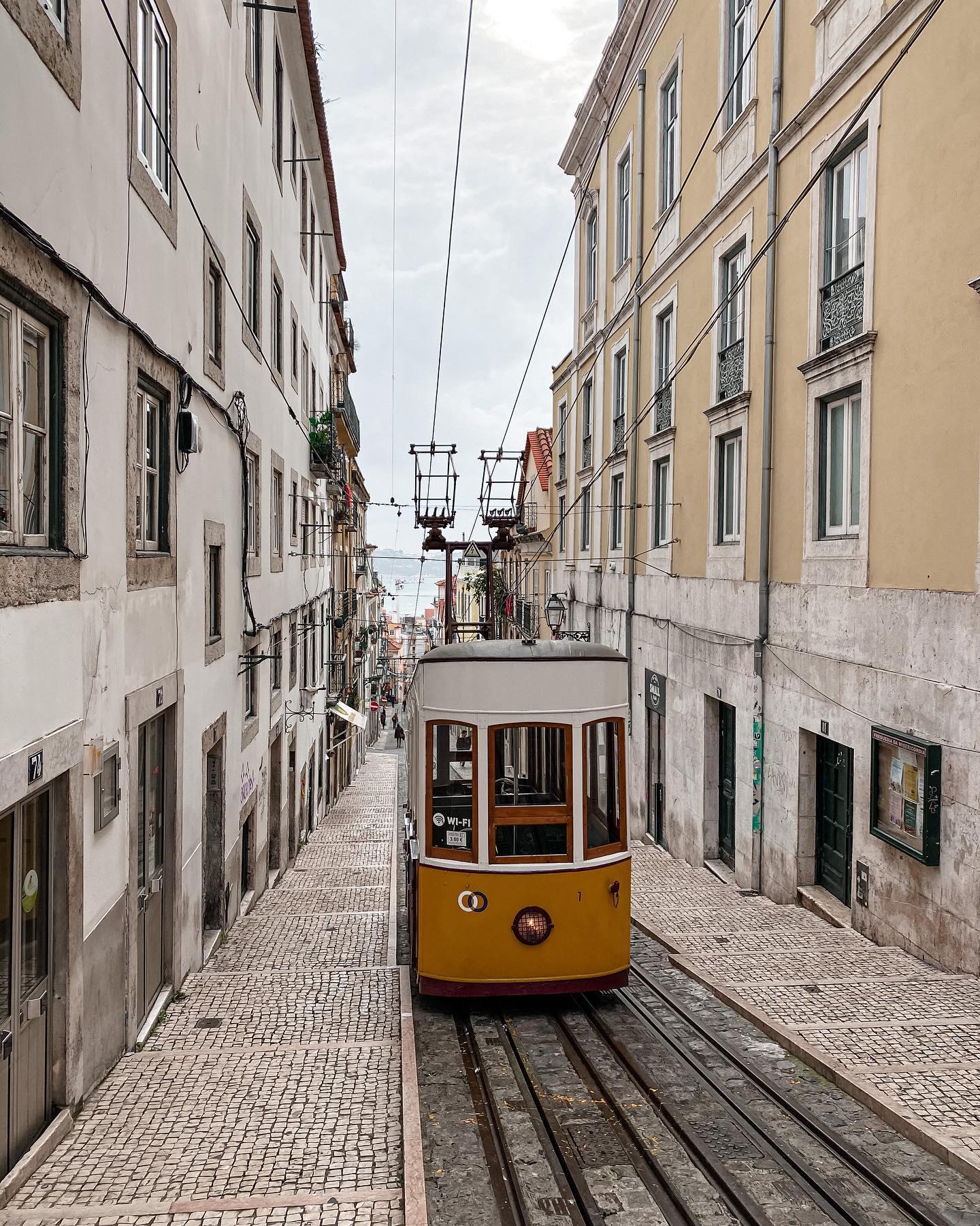 Langsam tuckert die Straßenbahn durch die schmalen Gassen von Baixo-Chiado.…