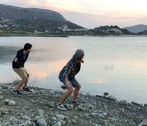 """• Steine hüpfen oder auch Steine """"flitschen"""" an einem Wasserreservoir,…"""