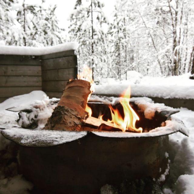 Eine Lagerfeuer vor verschneiter Landschaft
