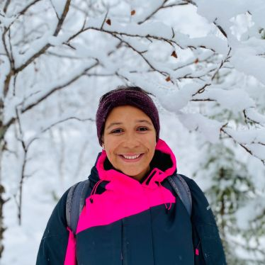 Vanessa vor verschneiten Bäumen