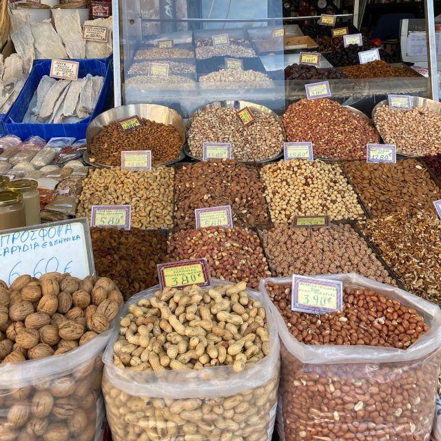 Säcke mit verschiedenen Nussarten wie Walnüsse, Haselnüsse und Erdnüsse.