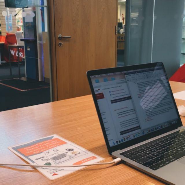 Unibibliothek, Gruppenarbeitsraum, Laptop, Präsentation
