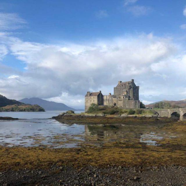 Großer See mit steinerner Burg auf einer Insel, Verbindung zum Festland nur über antike Brücke