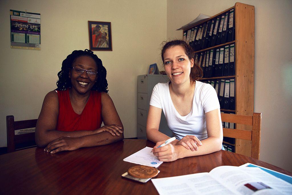 Lara und ihre Chefin Eve Namisango sitzen zusammen am Schreibtisch.