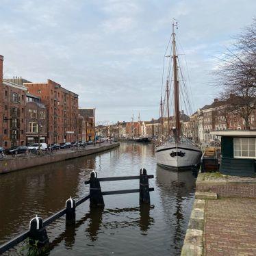Man kann einen Kanal in Groningen sehen, im Vordergrund liegt ein Boot