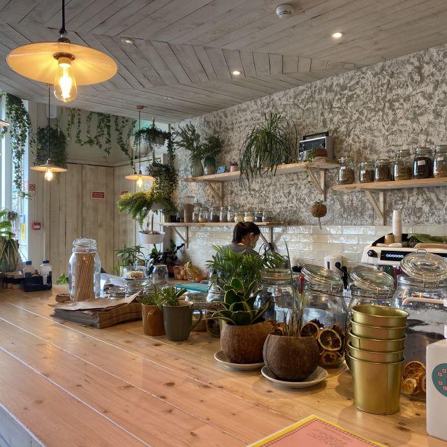 An der Bar des Cafés werden frische Säfte und Smoothies zubereitet. Auf der Theke stehen wie auch sonst überall im Laden viele Pflanzen.