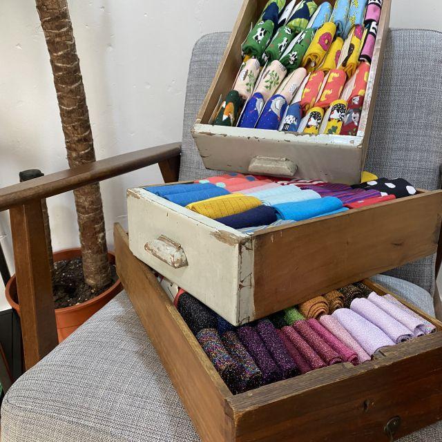 In Schubladen stecken ordentlich zusammen gerollt bunte und wild-gemusterte Socken.