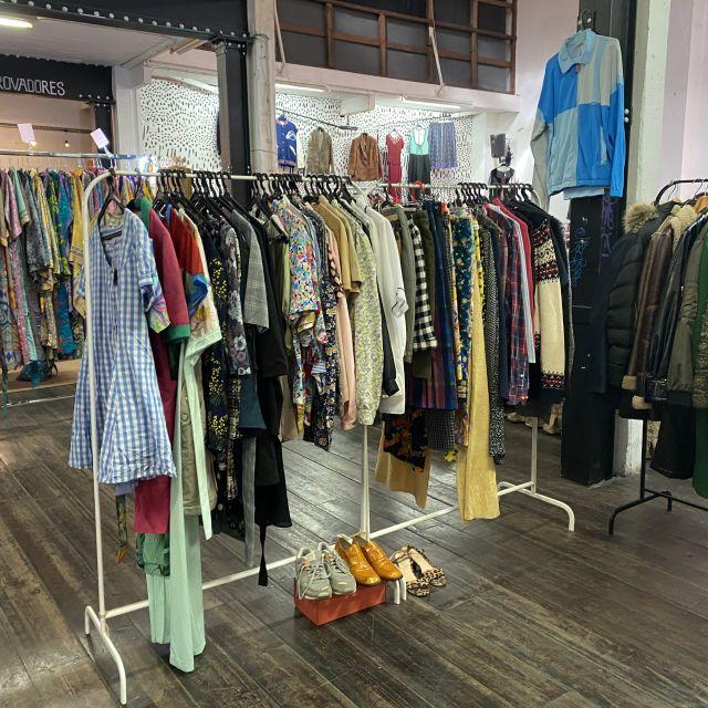 Auf einer Kleiderstange hängen feinsäuberlich verschiedene Vintage-Kleider.