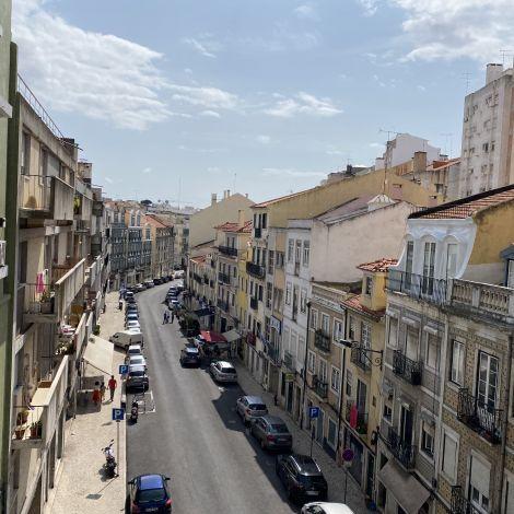Von einer Brücke blickt man hinunter auf das Stadtviertel Arroios, mit seinen bunten Häusern.