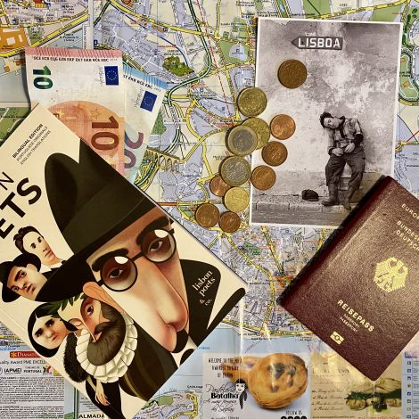 Eine Stadtkarte von Lissabon, darauf platziert zwei Geldscheine, Kleingeld, ein Reisepass, eine Postkarte und ein Gedichtbuch mit portugiesischen Gedichten.
