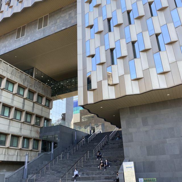 Eine hohe Treppe und ein modernes Gebäude.