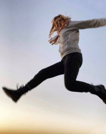 Foto von einer Person, die in die Luft springt