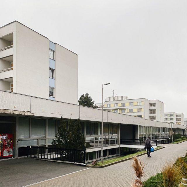 Foto von drei großen Wohnblöcken, die nebeneinander stehen