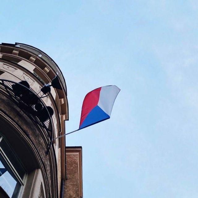 Foto von einer tschechischen Flagge, die an einem Gebäude hängt