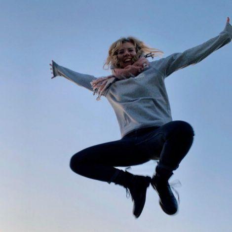 Person, die in die Luft springt