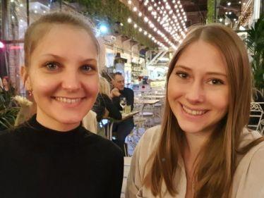 Mit meiner Cousine im Restaurant Mazel Tov.