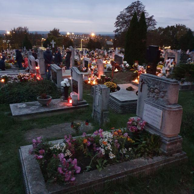 Ein Friedhof am Wochenende des Feiertags Allerheiligen.