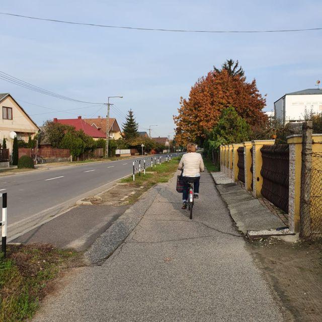 Meine Tante beim Fahrradfahren in einer Kleinstadt.