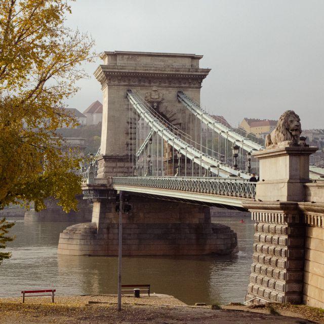 Die Kettenbrücke am Tag fotografiert.