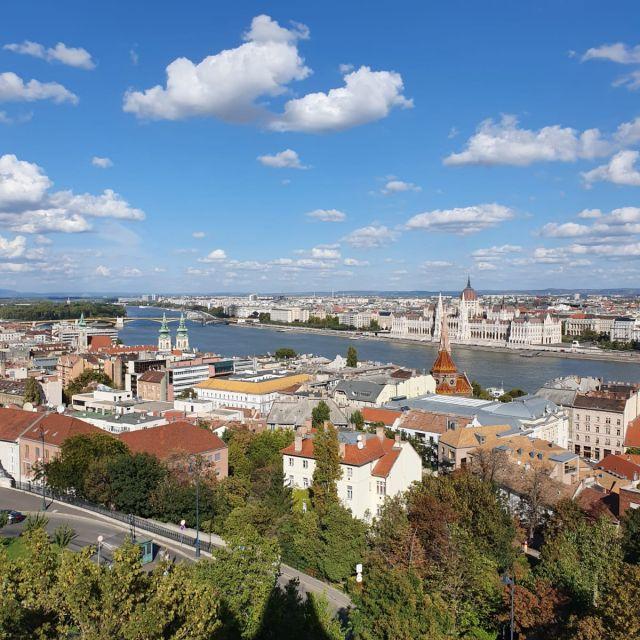 Die zwei Stadthälften Buda und Pest durch die Donau getrennt. Das Foto ist von der Buda-Seite gemacht.