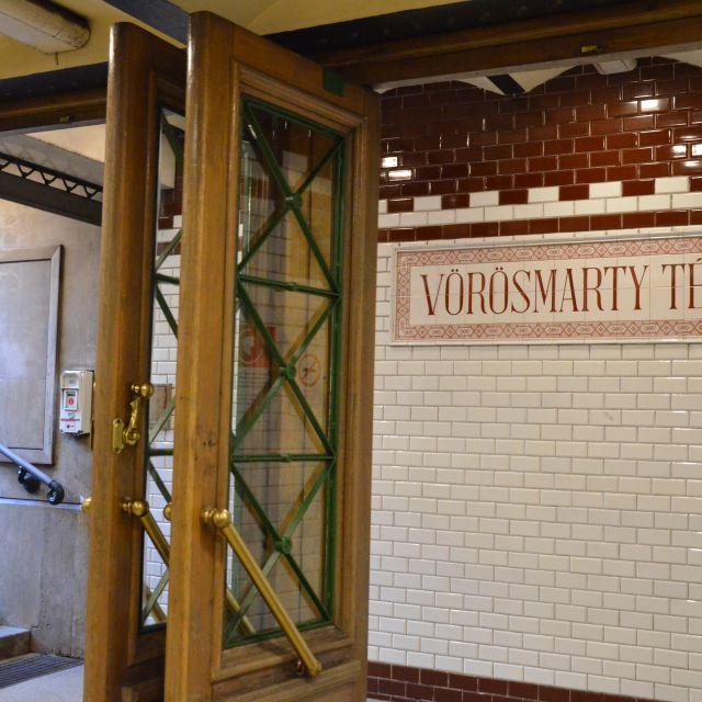 Die Eingangstüren der Metro beim Vörösmarty Tér.