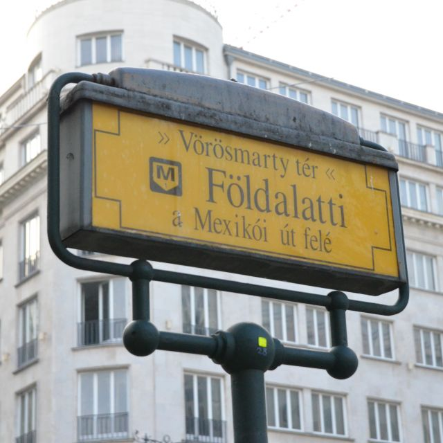 Das gelbe Schild zur Metrolinie M1.