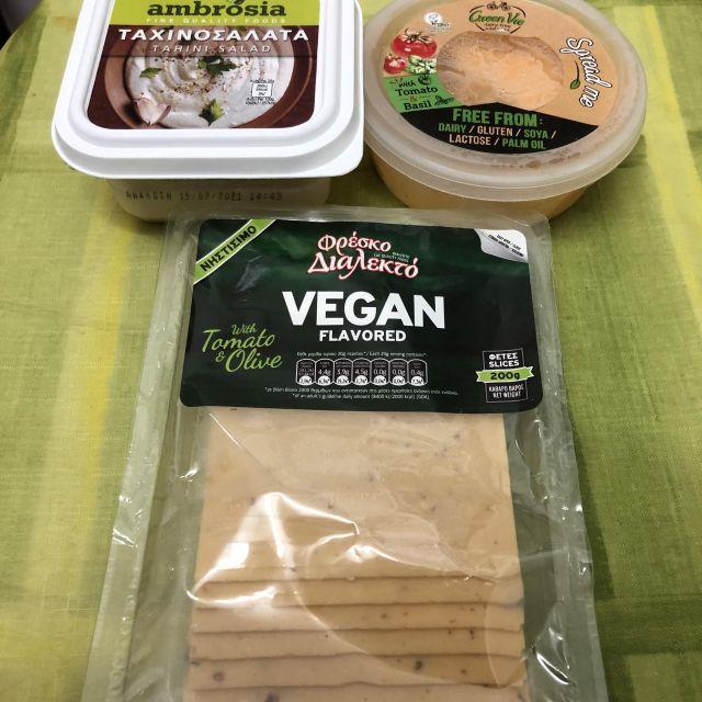Zum Glück gibt es hier veganen Käse!