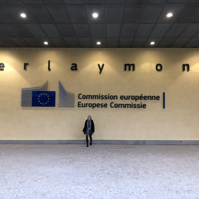 Ich stehe vor dem Eingang des Berlaymont Gebäudes