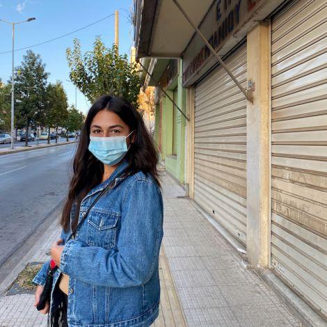 Ei. Bild von mir mit einer Maske. Im Hintergrund erkennt man geschlossene Geschäfte.