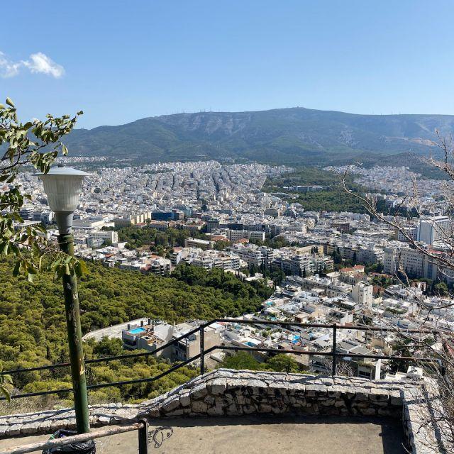 In der Mitte des Bildes ist ein Fußweg zu sehen, welcher zur Bergspitze des Lykabettus führt. Während des Aufstiegs hat man auch schon den Ausblick auf die gesamte Stadt.