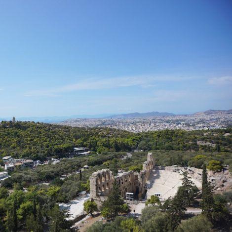 Der Ausblick von der Akropolis bietet Sicht auf das Herodion Theater, die grünen Berge und das Stadtzentrum Athens.