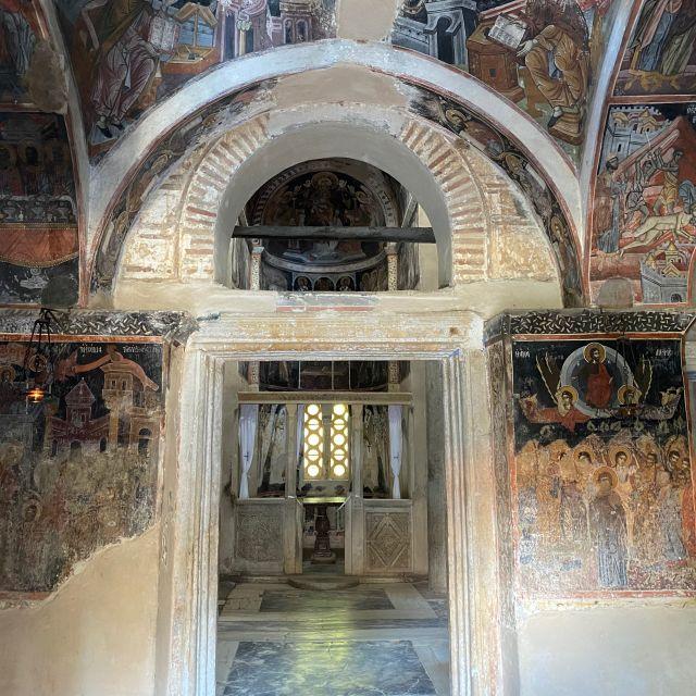 Das Foto wurde im Inneren des Klosters geschossen. Zu sehen ist der von Kirchenmalerei bemalte Eingangsbereich. An der Malerei ist zu erkennen, dass es sich um eine sehr alte Kirche handelt, da sie an manchen Stellen abbröckelt.