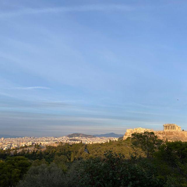 Der Ausblick auf einen Teil der Stadt und auf die Akropolis auf der linken Seite.