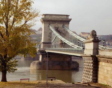 Die Kettenbrücke in Budapest 🌁 Sie ist die älteste Brücke in der Stadt…