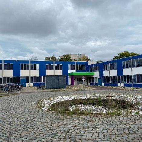 Man sieht ein zum größten Teil blaues, sehr großes Gebäude, mein Studierendenwohnheim.