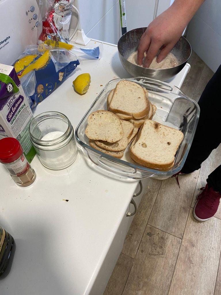 Toastscheiben in einer Glasschüssel, daneben eine Schüssel mit weiß-bräunlicher Flüssigkeit.