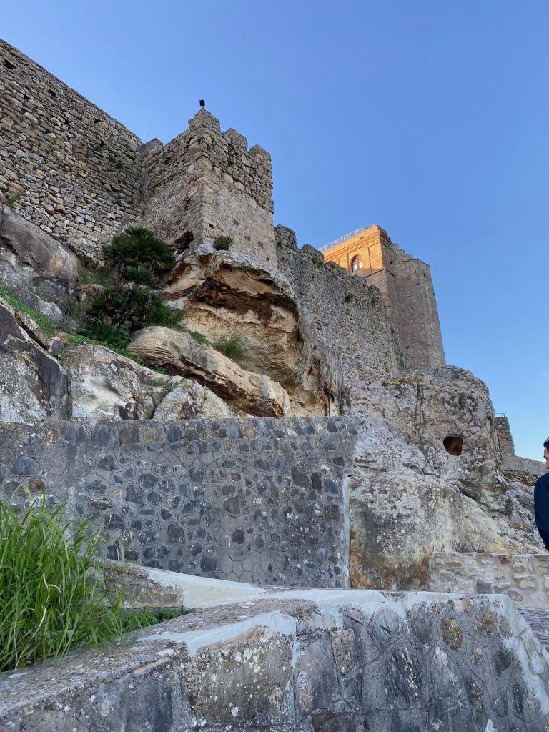 Außenansicht einer Burg aus Stein mit zwei Türmen.