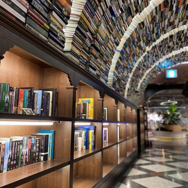 Ein Buchladen mit geschwungenem Regal