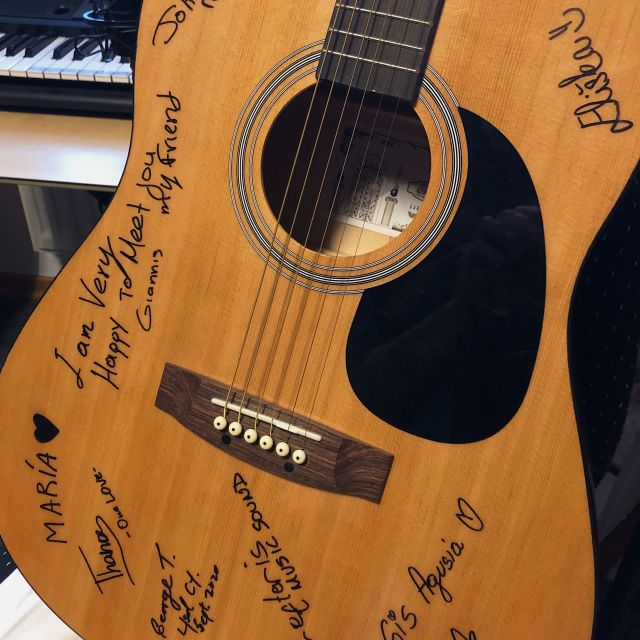 Meine signierte Gitarre aus Zypern.
