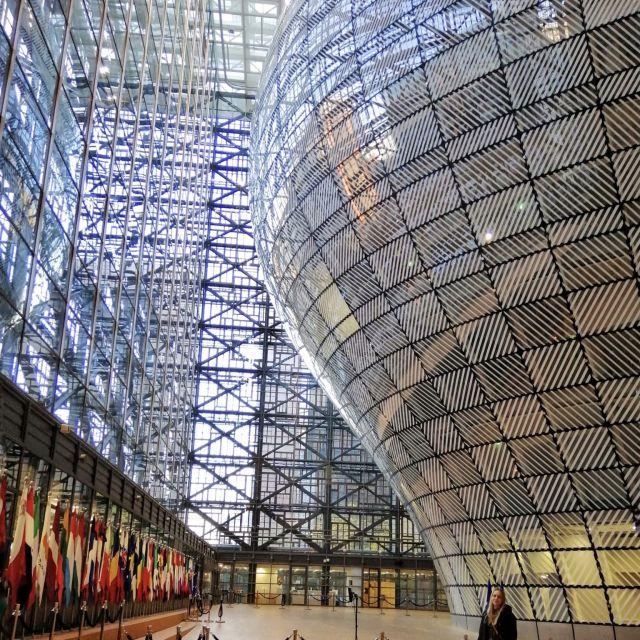 Eine große Eingangshalle in Glaskonstruktion.