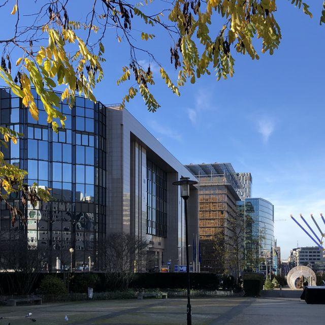 Drei große Gebäude stehen nebeneinander
