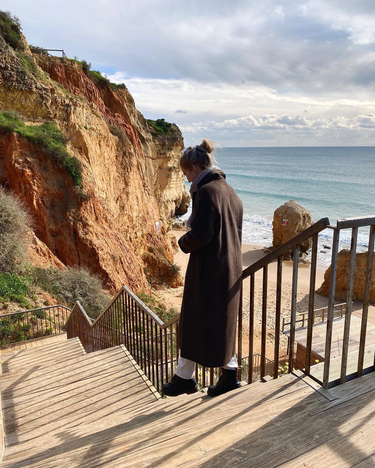 Mit Schal und dickem Mantel am Strand. Der Wind aus Spanien bringt die Kälte…