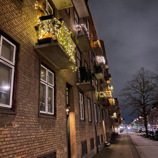 Lichterketten auf dem Balkon