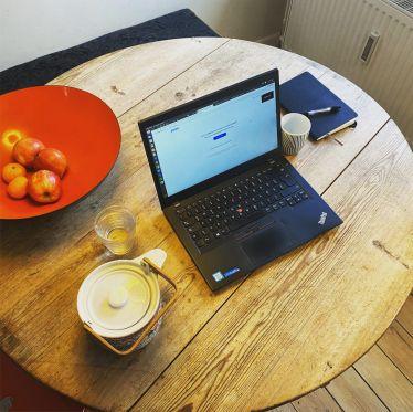 Laptop auf einem Tisch