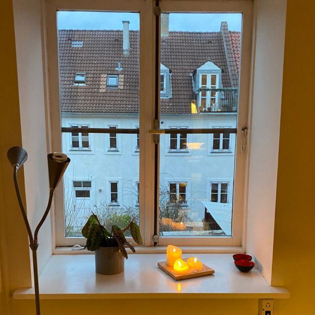 Hygge pur - Wir haben es uns mit Kerzen, Pflanzen und Lichterketten gemütlich gemacht.