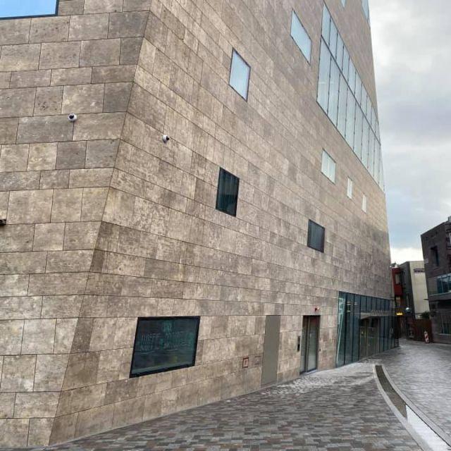 Man sieht das Forum Groningen, ein beiges Gebäude, von vorne
